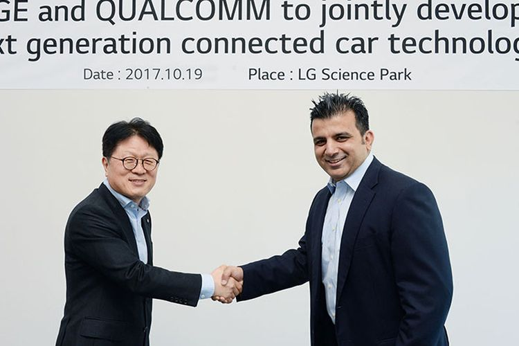 Kim Jin-yong, wakil presiden eksekutif Unit Usaha Smart Unit Komponen LG bersama Nakul Duggal, wakil presiden manajemen produk, Qualcomm Technologies