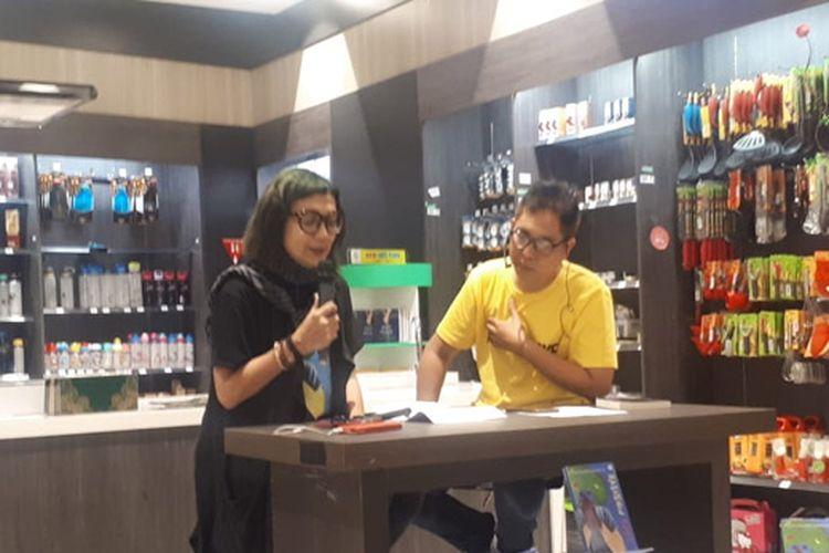 Rayni saat meluncurkan novel Rainbow Cake di Toko Buku Gramedia, CBD Bintaro, Tangerang Selatan, Senin, 27 Mei 2019.