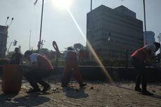 Petugas Kebersihan Masih Terus Pungut Batu yang Dipakai Perusuh di Bawaslu Semalam
