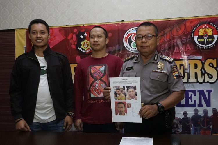 Kasubbag Humas Polres Kebumen AKP Suparno (kanan) melakukan konferensi pers yang dihadiri Dheva Prayoga (tengah) di Mapolres Kebumen, Jawa Tengah, Minggu (12/5/2019) dini hari.