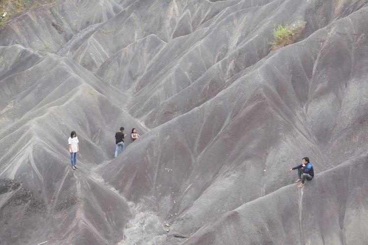 Pengunjung yang sedang melakukan swafoto di gumuk pasir Sumalu.