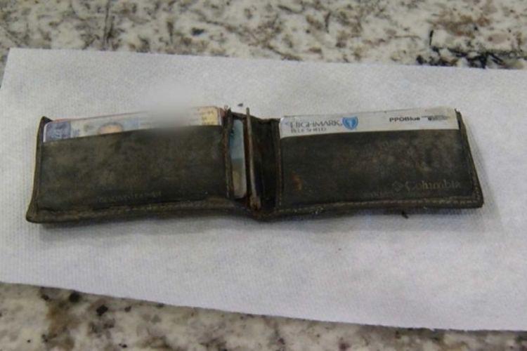Kondisi dompet yang hilang milik pengunjung taman hiburan dan ditemukan empat tahun kemudian.