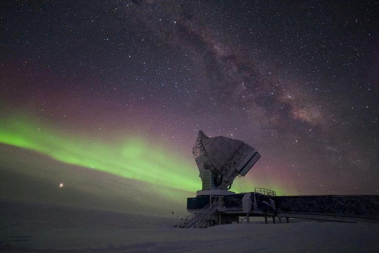 Teleskop kutub selatan dengan latar belakang aurora dan bima sakti.