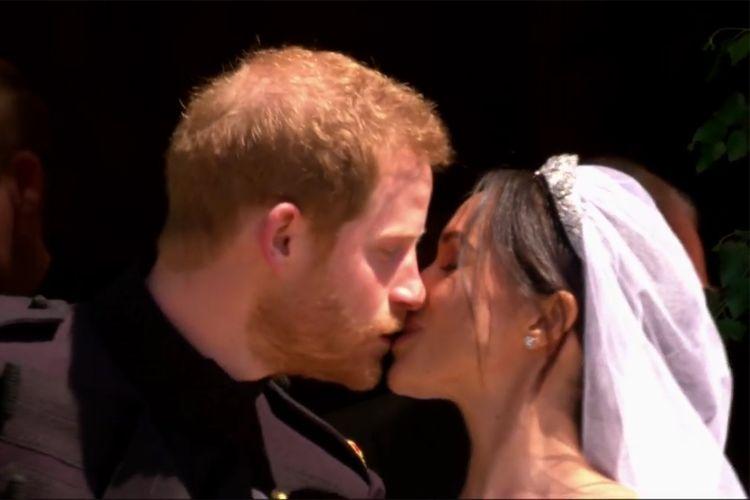 Saat Pangeran Harry Mencium Megan Markle di Luar Kapel St George