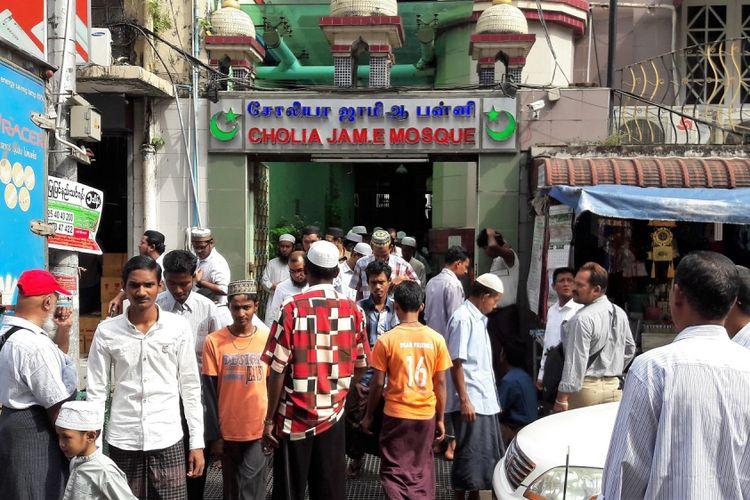 Para lelaki muslim Burma dari segala umur memenuhi masjid Cholia Jame di pusat kota Yangon sewaktu shalat Jumat, September 2017.