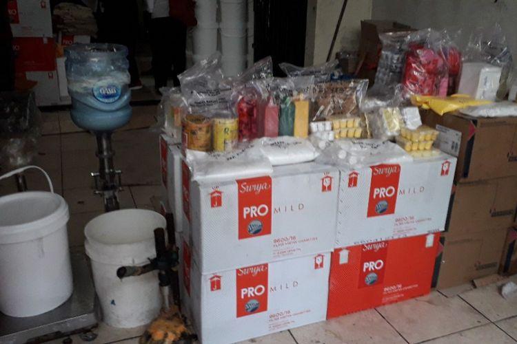 Barang bukti hasil penggerebekan BPOM di sebuah ruko yang dijadikan tempat produksi kosmetik ilegal pada Kamis (15/2/2018) di Jalan Jelambar Utama, Jelambar, Grogol Pegamburan, Jakarta Barat.