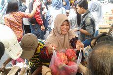 Pasar Murah Buah Naga, Warga Rela Antre dan Berdesakan