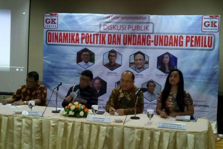 Menteri Dalam Negeri Tjahjo Kumolo (kedua dari kiri) dalam acara diskusi Undang-undang Pemilu
