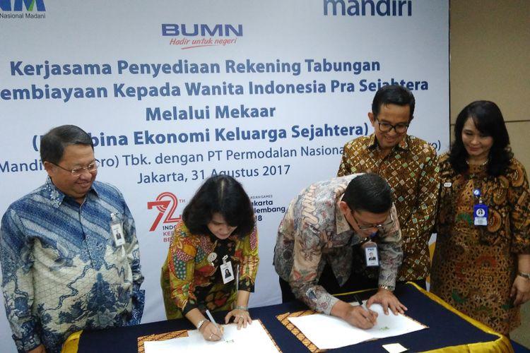 Acara penandatanganan perjanjian pembiayaan oleh Direktur Government & Institutional Bank Mandiri Kartini Sally dan Direktur Keuangan PNM Tjatur H Priyono serta disaksikan Wakil Direktur Utama Bank Mandiri Sulaiman A Arianto dan Direktur Utama PNM Parman Nataatmadja di Jakarta, Kamis (31/8/2017).