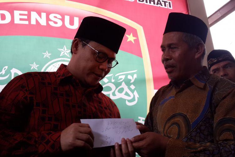 Wakil Sekretaris Jenderal DPP PDI Perjuangan Ahmad Basarah saat menerima surat bertuliskan huruf arab dari KH Marzuki Mustamar untuk disampaikan kepada Megawati Soekarnoputri di Pondok Pesantren Sabilurrosyad, Kota Malang, Sabtu (9/9/2017)