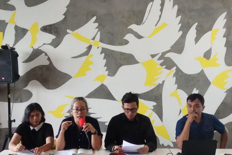 Kedua dari kiri: Research and Data Collection, IPT 1965, Sri Lestari Wahyuningrum saat di kantor Amnesty Internasional Indonesia, Jakarta, Jumat (201/10/2017).