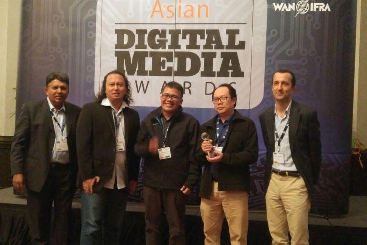 Tim dari Harian Kompas yang diketuai Wakil Redaktur Pelaksana Harian Kompas Sutta Dharmasaputra (kedua dari kanan) menerima penghargaan untuk harian Kompas dalam kategori Best in Social Media Enggagement di ajang Asian Digital Awards WAN IFRA di Singapura, Rabu (1/11/2017).