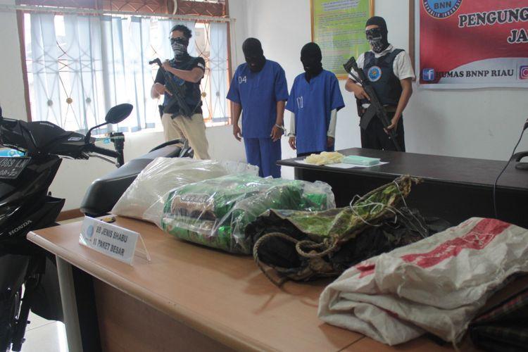 Pasutri YA dan EA bersama barang bukti 10 kilogram sabu-sabu diamankan di BNNP Riau, Rabu (1/8/2018).