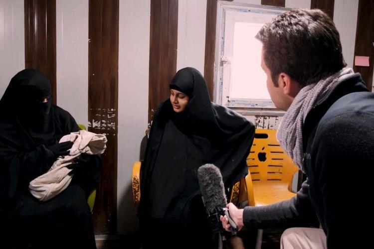 Shamima Begum (kanan), remaja 19 tahun yang kabur dari Inggris demi bergabung dengan ISIS ketika diwawancarai oleh Sky News setelah melahirkan anak ketiganya di kamp pengungsi al-Hawl.