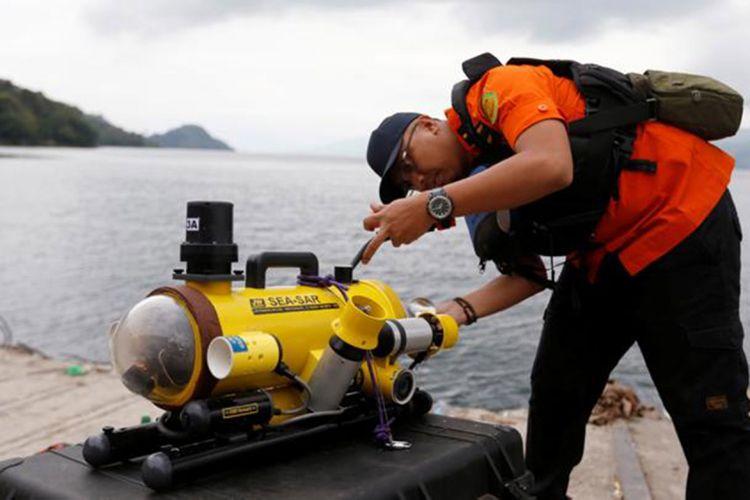 Personel Basarnas menyiapkan peralatan selam untuk mencari korban pesawat Lion Air bernomor penerbangan JT-610 rute Jakarta-Pangkalpinang yang jatuh di laut utara Karawang, Jawa Barat, Senin (29/10/2018).