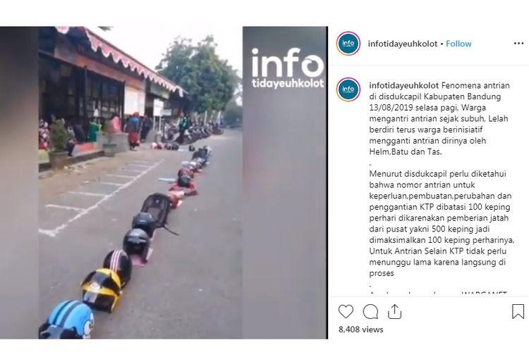 Fenomena antrian di disdukcapil Kabupaten Bandung, Selasa (13/08/2019) pagi. Warga mengantri antrian sejak subuh, Lelah berdiri terus warga berinisiatif mengganti antrian dirinya oleh helm, batu, tas, botol minuman dan sebagainya.