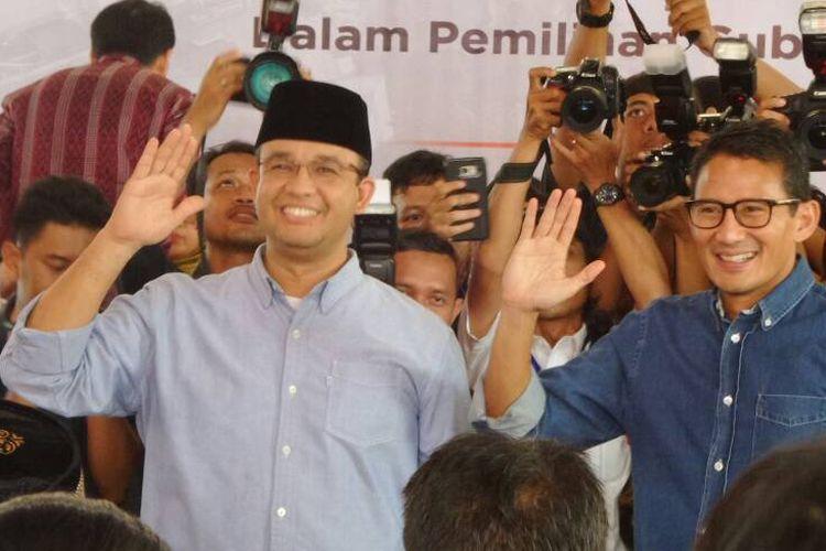 Calon gubernur dan wakil gubernur DKI Jakarta Anies Baswedan dan Sandiaga Uno berpose saat menghadiri acara rapat pleno penetapan calon kepala daerah terpilih di kantor KPU DKI Jakarta, Jumat (5/5/2017).