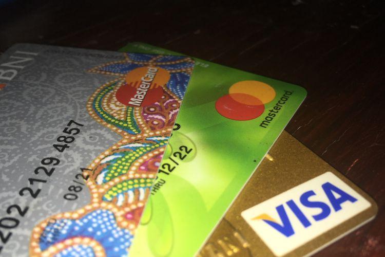 Ilustrasi kartu pembayaran elektronik menggunakan layanan prinsipal asing.