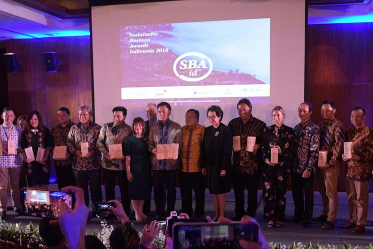 Para perwakilan perusahaan pemenang penghargaan bisnis berkelanjutan Sustainable Business Award (SBA) di Jakarta, Senin (7/1/2019).
