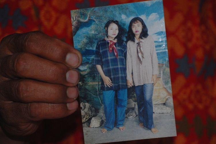 Keluarga menunjukkan foto Sumiyati semasa hidup (memakai syal merah), Rabu (10/1/2018).