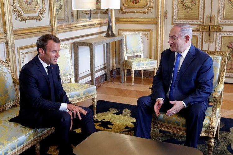 Presiden Perancis Emmanuel Macron (kiri) berbincang dengan Perdana Menteri Israel Benjamin Netanyahu di Istana Elysee, Paris, Selasa (5/6/2018).