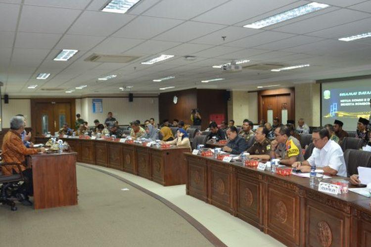Suasana pertemuan Tim Kunker Komisi II DPR dengan jajaran Pemerintah Provinsi Jawa Timur, KPU, Bawaslu, Polda, dan Kejati.