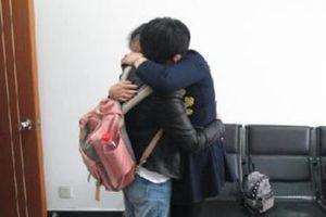Terpisah 36 Tahun, Sepasang Wanita Kembar Bertemu Berkat Seorang Polisi