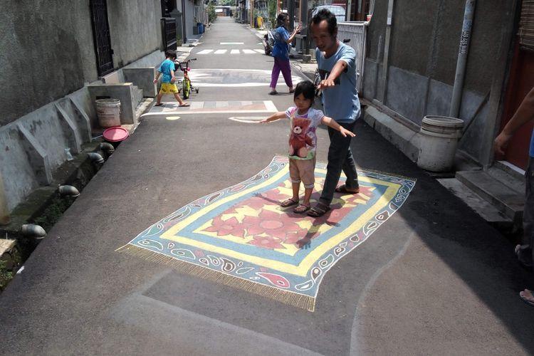 Lukisan tiga dimensi berbentuk karpet di Jalan Danau Tondano Raya, Depok