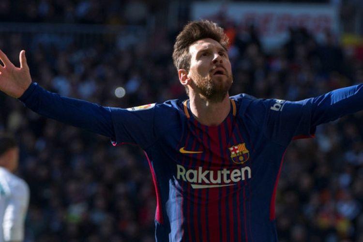 Megabintang FC Barcelona, Lionel Messi, merayakan gol yang dia cetak ke gawang Real Madrid dalam laga Liga Spanyol di Stadion Santiago Bernabeu, Madrid, pada 23 Desember 2017.