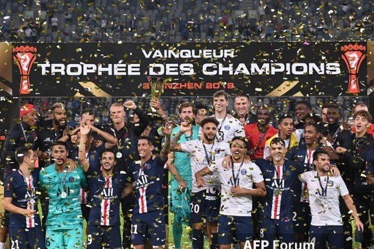Skuad Paris Saint-Germain merayakan gelar juara Piala Super Perancis setelah mengalahkan Rennes di Shenzhen, China, 3 Agustus 2019.