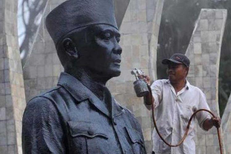 Pekerja mengecat ulang patung Soekarno yang ada di kompleks Tugu Proklamasi, Jakarta, Selasa (5/6/2012).