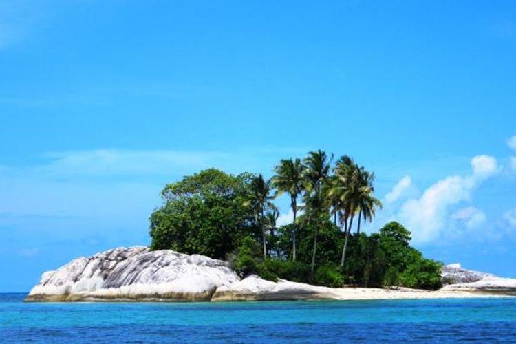 Pulau Kelayang berdampingan dengan Pulau Garuda. Di dalam Pulau Kelayang terdapat hutan kecil yang diairi sungai hingga ke dalam goa.