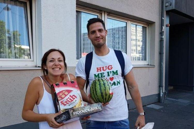 Anthony Botta bersama perempuan yang dikenalnya di Tinder, Giulia, ketika berada di Koln, Jerman. Botta menggunakan aplikasi Tinder untuk mengunjungi delapan negara, dan 20 kota di Eropa.