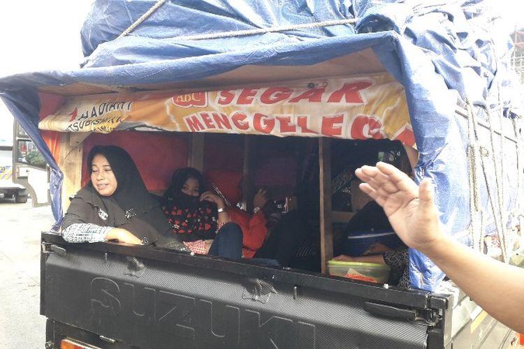 Keluarga Mila memilih menggunakan mobil pick up untuk perjalanan mudik Jakarta - Madura pada Minggu (10/6/2018).