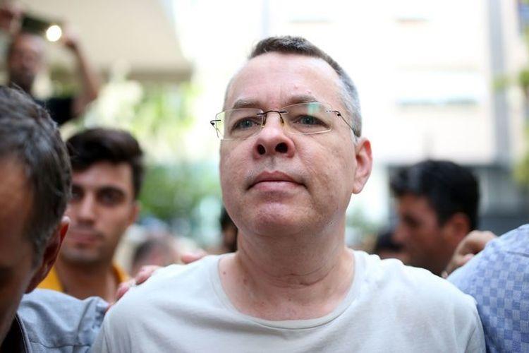 Pastor Andrew Craig Brunson dikawal oleh petugas polisi berpakaian sipil di Turki pada 25 Juli 2018 di Izmir. (AFP)