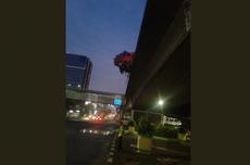 Tabrak Pembatas Jalan, Truk Hampir Terjatuh dari Tol Slipi