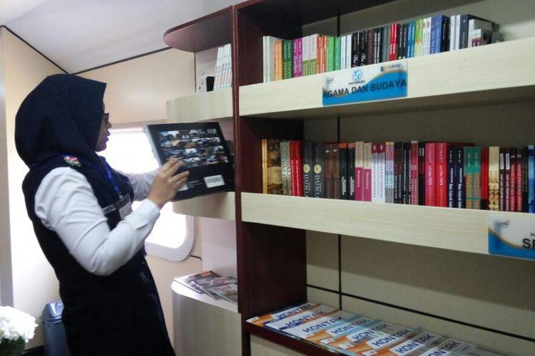 Suasana perpustakaan di dalam rail library. Perpustakaan ini ditujukan bagi warga yang kurang mampu.