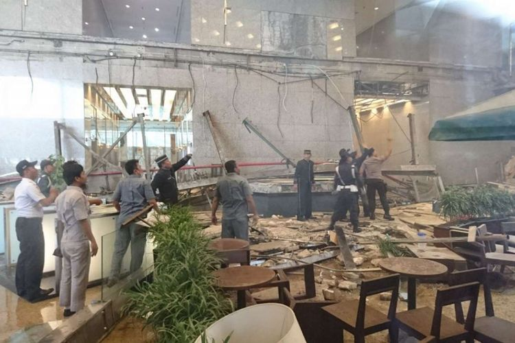 Pekerja memperhatikan kerusakan yang terjadi akibat ambruknya jembatan penghubung di dalam gedung Bursa Efek Indonesia, Jakarta, Senin (15/1/2018). Sejumlah orang terluka akibat peristiwa tersebut.