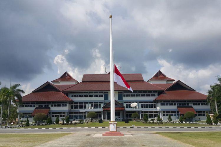 Bendera setengah tiang dikibarkan Pemprov Kepulauan Bangka Belitung sebagai ungkapan duka musibah jatuhnya pesawat Lion Air JT 610.