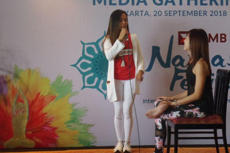 Guru Yoga Deera Dewi mencontohkan gerakan angkat satu kaki sebagai salah satu gerakan yoga sederhana yang bisa dilakukan di sela waktu kerja.