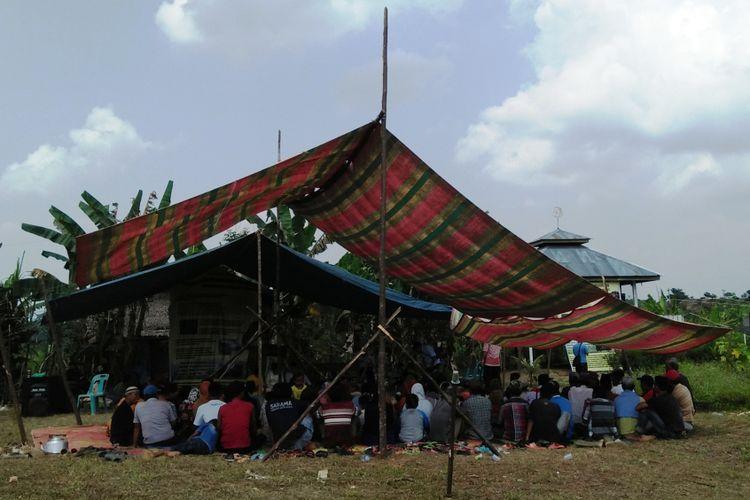 Masyarakat Blok Hutan Sei Bamban Wilayah IV Besitang saat menerima Geran Datuk untuk legalisasi dan alas hak tanah yang diusahainya.