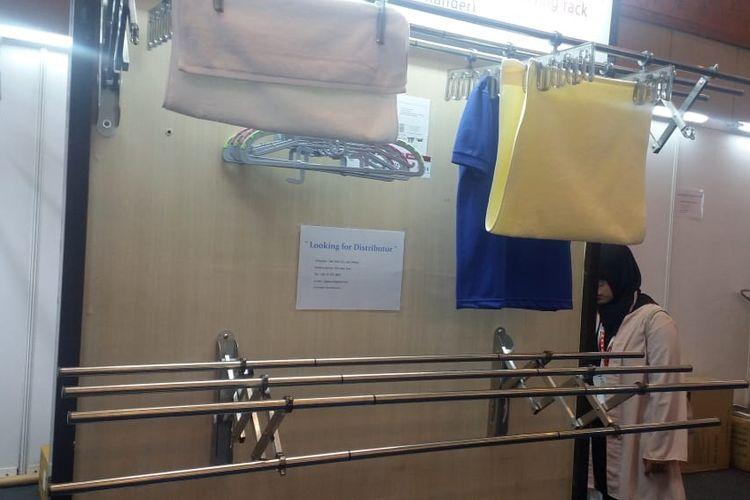 Alat penjemur pakaian Wellex Drying Rack tipe manual yang dipasang di dinding.