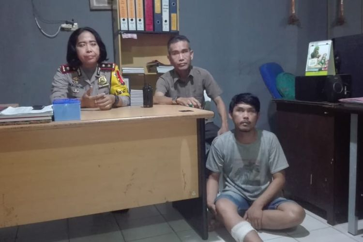 Tersangka Jagad (27) yang telah membunuh Ita alias Irwan effendi (56), ketika berada di Polsek Ilir Barat 1 Palembang, Sabtu (25/5/2019). Pelaku ditangkap setelah sebelumnya menjadi buronan sejak tiga bulan terakhir.