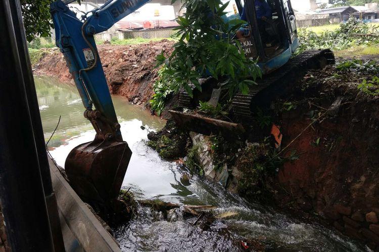 Perbaikan tanggul Kali Uangan di Jalan Swadarma, Rabu (15/11/2017).
