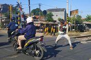 Kisah Hidup Kopral di Balik Aksi Silatnya yang Jenaka di Perlintasan Rel Proyek Bekasi...