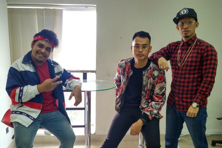 Para personel Trisouls, yakni (dari kiri ke kanan) Yerry, Jesse, dan Damien, berkunjung ke kantor Kompas.com, Jalan Palmerah Barat, Jakarta Barat, Rabu (8/8/2018).