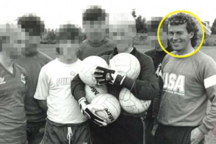 Barry Bennell  (kanan) saat masih aktif melatih para atlet muda