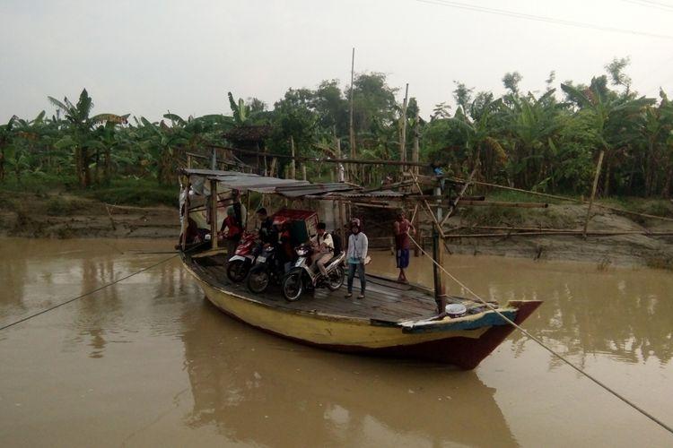 Sejumlah warga memanfaatkan jasa penyeberangan Sungai Tuntang, Rabu (7/3/2018).