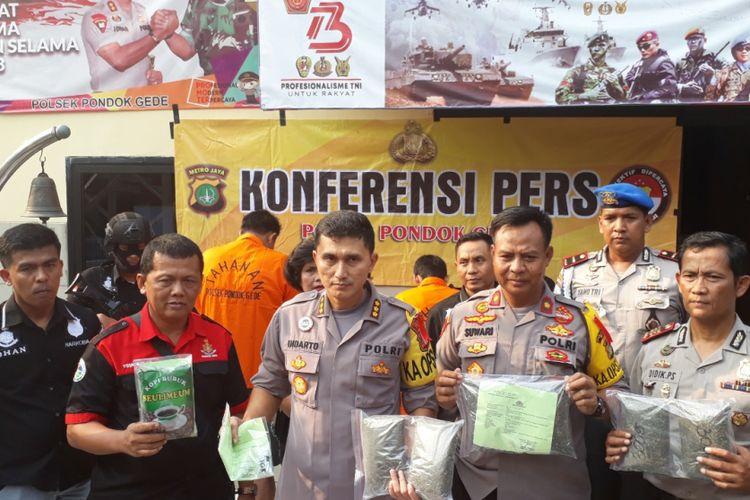 Satuan Polsek Pondok Gede tangkap 3 pengedar ganja dan pil ekstasi di Jatimurni, Kota Bekasi dan Makasar, Jakarta Timur, Kamis (4/10/2018).