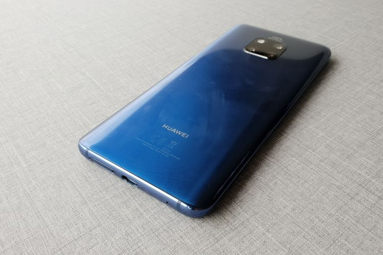 Material kaca yang membalut bodi Huawei Mate 20 Pro membuat bagian belakang mudah kotor dan meninggalkan sidik jari.